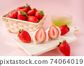 草莓大福在木板上的橫截面,在籃子裡的草莓,白豆沙糊,綠茶,粉紅色的背景 74064019