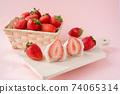 草莓大福在木板上的橫截面,在籃子裡的草莓,白豆沙,粉紅色的背景 74065314