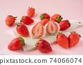 一護大福的橫斷面在木板上。環繞著它的草莓。白豆沙粉紅色背景 74066074