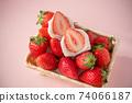 一籃子草莓上有草莓大福的兩個橫截面。白豆沙粉紅色背景 74066187