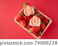 一籃子草莓上有草莓大福的兩個橫截面。白豆沙紅色背景 74066238