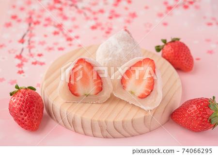 在木板上的草莓在大福的橫斷面附近的草莓。白豆沙粉色櫻花背景 74066295