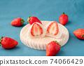 在木板上的草莓在大福的橫斷面附近的草莓。藍色背景。白豆沙 74066429