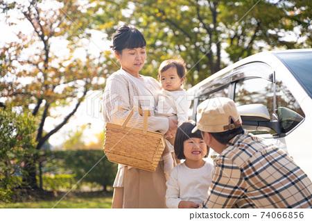 자동차로 여행하는 가을 가족 제품군 74066856