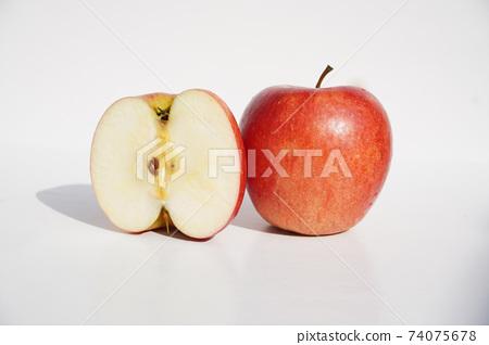 하얀배경에 사과하나와 반을 나눈사과입니다. 74075678