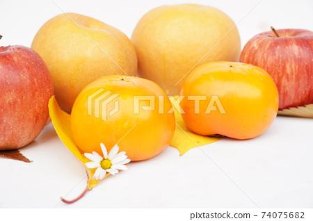 梨,蘋果,甜柿子從側面 74075682