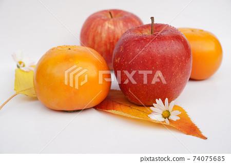 梨,蘋果,甜柿子從側面 74075685