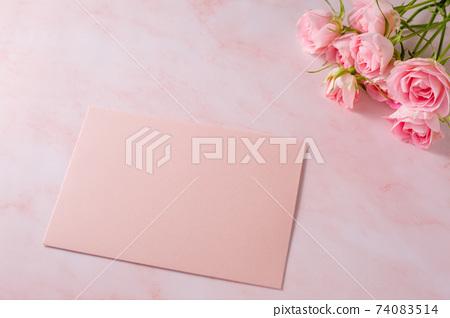 粉紅玫瑰花束和信 74083514