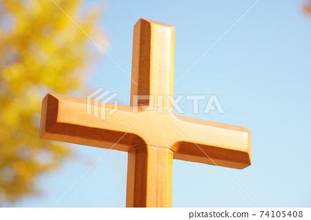 은행나무를 배경으로 십자가를 찍었습니다. 74105408