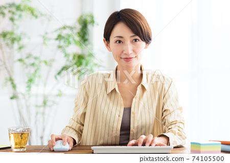 在家看顯示器的中間業務婦女遠程辦公 74105500