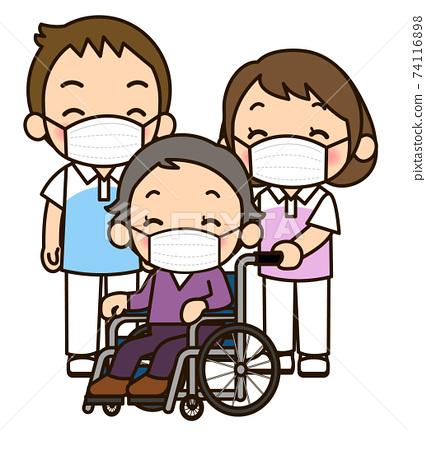 戴面具的照顧者男女推輪椅 74116898