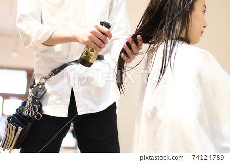 在噴頭髮的美髮師的手中 74124789