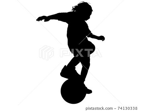 一個足球男孩處理球的剪影 74130338