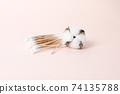 분홍색 배경의 목화솜과 면봉 74135788