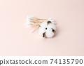 분홍색 배경의 목화솜과 면봉 74135790