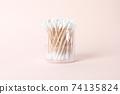분홍색 배경의 면봉 74135824