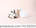 분홍색 배경의 목화와 화장솜 그리고 면봉 74136350