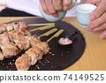 清酒和烤雞肉串在老年人手中 74149525