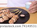 清酒和烤雞肉串在老年人手中 74149531