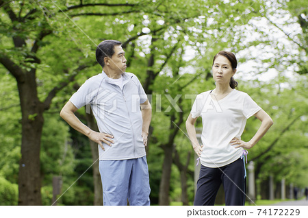 在公園裡戰鬥的年長夫婦 74172229