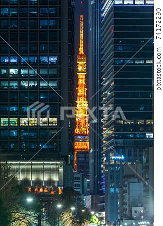 """夜景東京鐵塔通過""""東京""""大樓的縫隙照亮 74172290"""