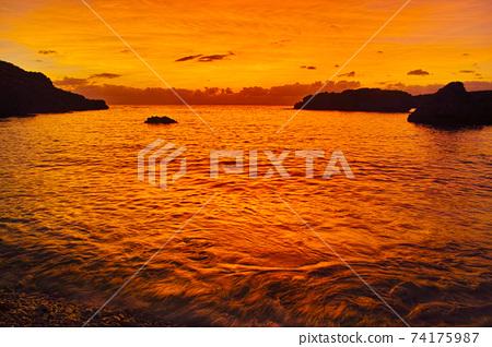 盛夏的宮古島。從下島島的海灘看的日落 74175987