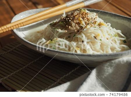 아시아 음식 볶음쌀국수 74179486