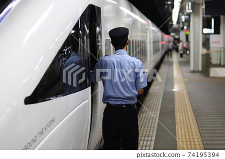 特快列車售票員檢查安全 74195394