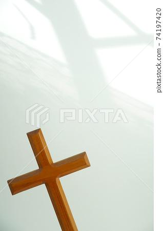 十字架與白色背景上的陰影 74197420