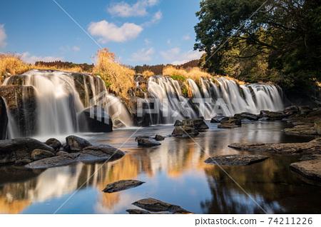 在菊池峽下游流淌著大量水的橫ko的壯麗景色 74211226