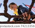 日本男孩在公園裡玩 74213356