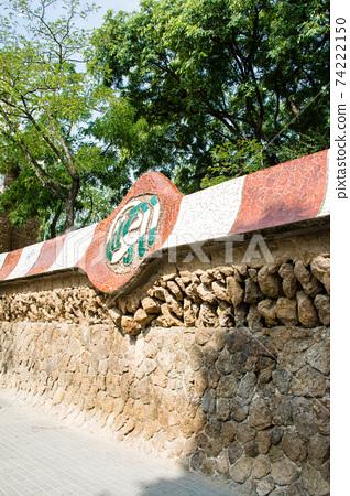 西班牙巴塞羅那奎爾公園的石牆和瓷磚裝飾 74222150