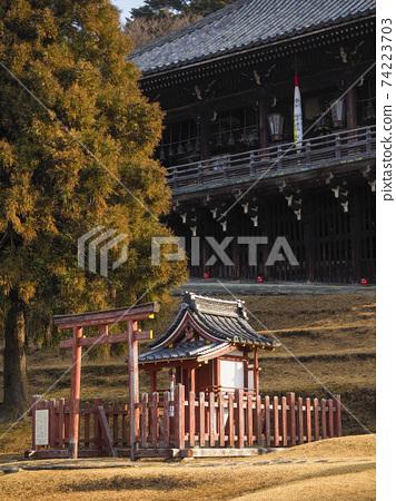 東大寺二津堂和九條神社在清晨 74223703