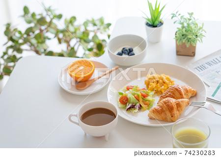 아침 크로와상과 스크램블 에그와 샐러드 블루 베리 들어간 요구르트 커피 녹즙 오렌지 74230283