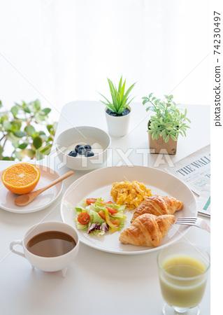아침 크로와상과 스크램블 에그와 샐러드 블루 베리 들어간 요구르트 커피 녹즙 오렌지 74230497
