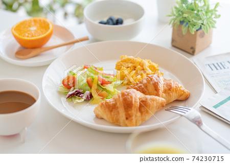 아침 크로와상과 스크램블 에그와 샐러드 블루 베리 들어간 요구르트 커피 녹즙 오렌지 74230715