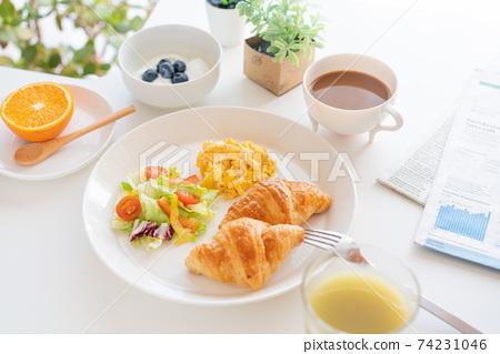 아침 크로와상과 스크램블 에그와 샐러드 블루 베리 들어간 요구르트 커피 녹즙 오렌지 74231046