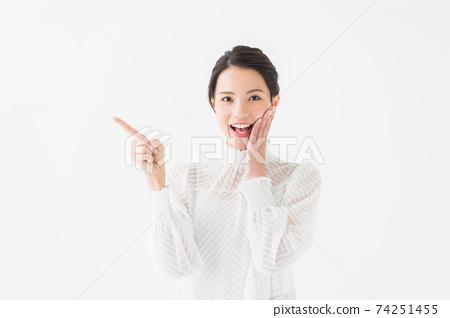 女性在她20多歲的肖像白色背景 74251455