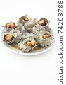 烤的頭巾貝殼與多個白色背景上的白板 74268788