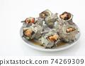 在白色背景上的多個白板中的烤的頭巾貝殼 74269309