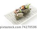 頭巾殼,方形盤子,白色背景,字符空間的兩個生魚片 74270596