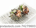兩個生魚片的頭巾殼,方形板,白色背景,字符空間 74270603