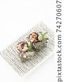 頭巾殼,方形盤子,鳥瞰圖,白色背景,字符空間的兩個生魚片 74270607