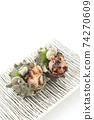 兩個生魚片的頭巾殼,方形板,白色背景,字符空間 74270609