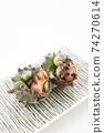 頭巾的兩個生魚片殼方形板分類白色背景空間 74270614