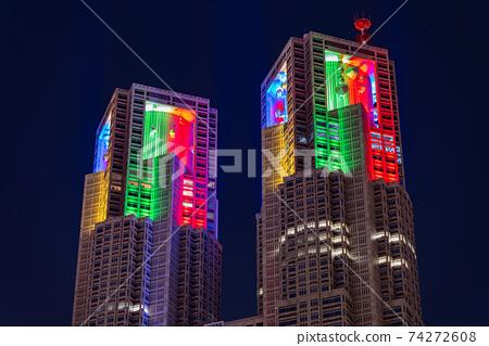 도쿄 올림픽 도쿄 도청 밤 무지개 라이트 업 야경 고층 빌딩 구조물 철골 콘크리트 74272608