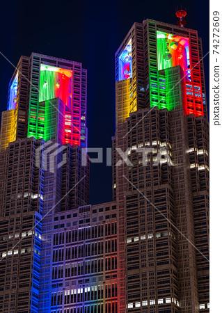 도쿄 올림픽 도쿄 도청 밤 무지개 라이트 업 야경 고층 빌딩 구조물 철골 콘크리트 74272609