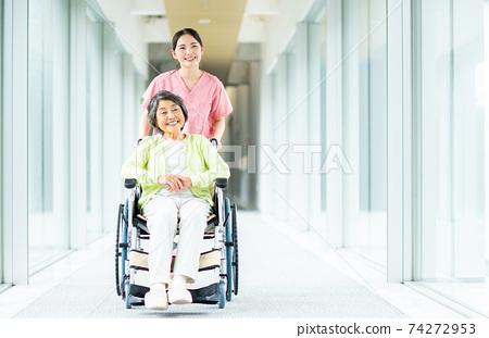 휠체어 노인과 개호 직원 74272953