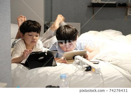 孩子們躺下來玩遊戲 74276431
