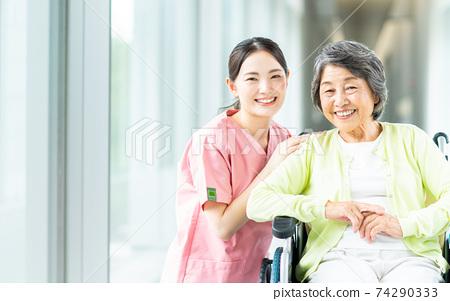 휠체어 노인 여성과 개호 직원 74290333